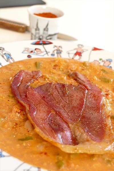 recette de la piperade avec du jambon de bayonne, des oeufs et des piments doux