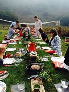 les coulisses des carnets de julie en 2015 au pays  basque avec le banquet sur la rhune et une table avec les porcelaines d'assiettes et compagnie