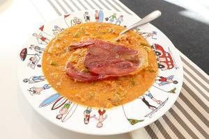 piperade basque en version plat at tranche de jambon de bayonne entière, le tout présenté sur un plat creux Family surf par assiettes et compagnie