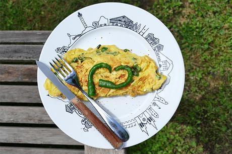 l'omelette au piment doux est une recette emblématique du pays basque sur une assiette basque création béatrice pene pour assiettes et compagnie - fabrication revol porcelaines