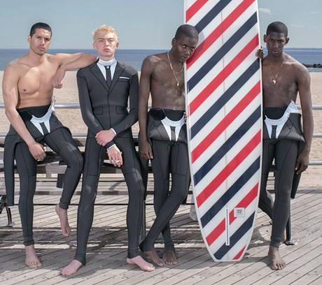 Une combinaison de surf rencontre le costume cravate