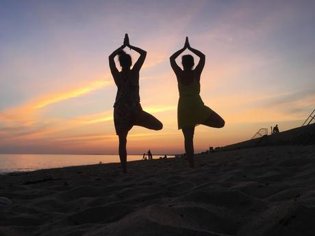 yoga sunset plage beachyoga bretagne