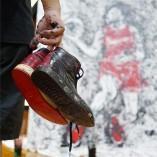 Un artiste utilise une Air Jordan 1 pour peindre un portrait de Michael Jordan