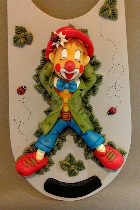 Plaque de porte avec p'tit clown endormi en porcelaine froide