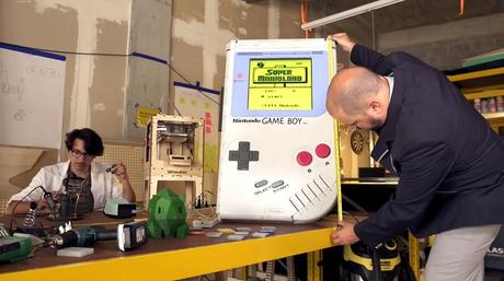 Il a fabriqué la plus grosse game boy du monde