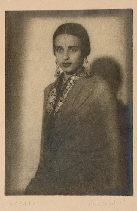 Amrita Sher-Gil par Karl Khandalawala.