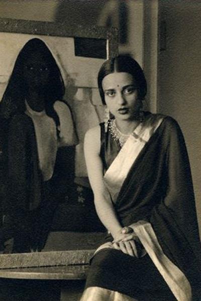 Amrita posant devant son tableau The child bride