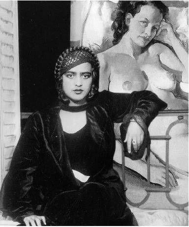 Amrita devant un de ses tableaux