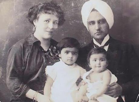 Amrita avec sa soeur cadette Indira et ses parents