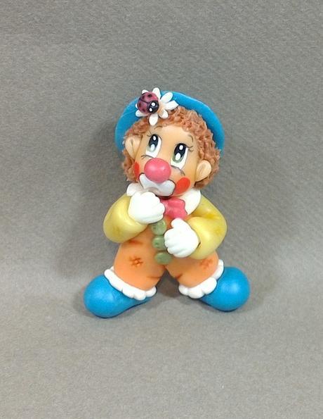 Pendentif clown en porcelaine froide