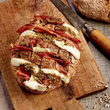 Recette bio : Pain apéritif bio Belledonne à partager à la mozzarella et au jambon cru