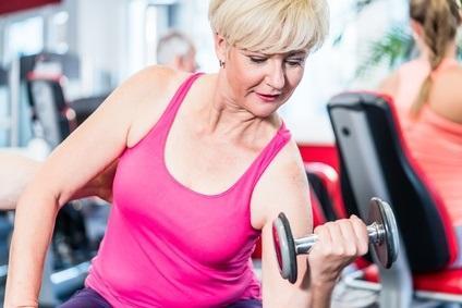MÉNOPAUSE et OSTÉOPOROSE : L'exercice de force redonne sa densité à l'os