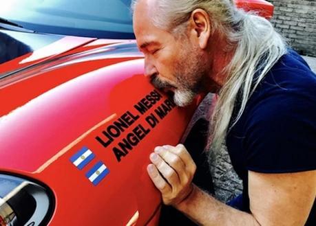 Un artiste argentin décore sa Ferrari en hommage à Messi et Di Maria