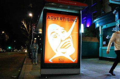 Cet artiste s'est mis en tête de détourner les panneaux publicitaires de Londres !