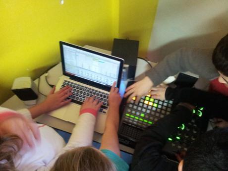 Comment mettre Scratch, la Musique Contemporaine, l'Art, les Maths et l'Histoire dans un mixeur