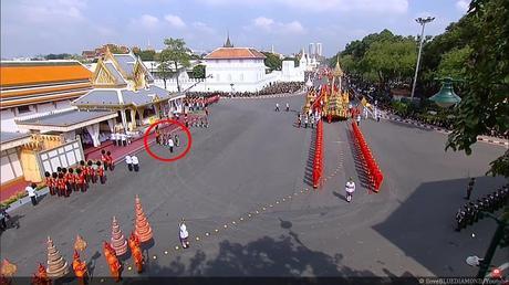 Mini drame à la cérémonie de crémation de SM le roi Bhumibol Adulyadej (vidéo)