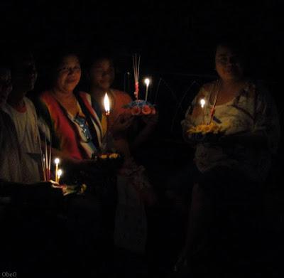 Thaïlande Loy Krathong, un temple déploie des rampes de mise a l'eau pour 9000 krathongs écologique a mérites