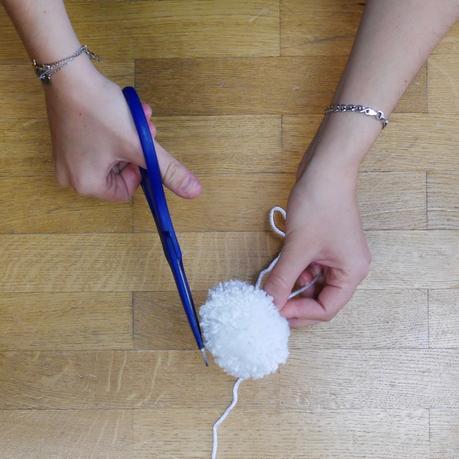 coupe pompom blanc mobile diy laine
