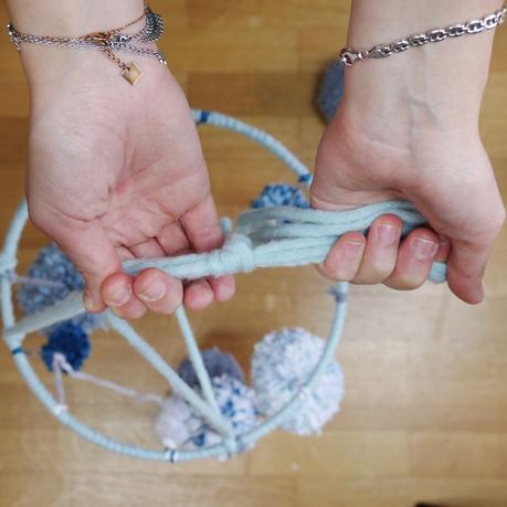 creation mobile jouet enfant pompoms laine