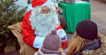 Le Père Noël accueille les enfants © French Moments