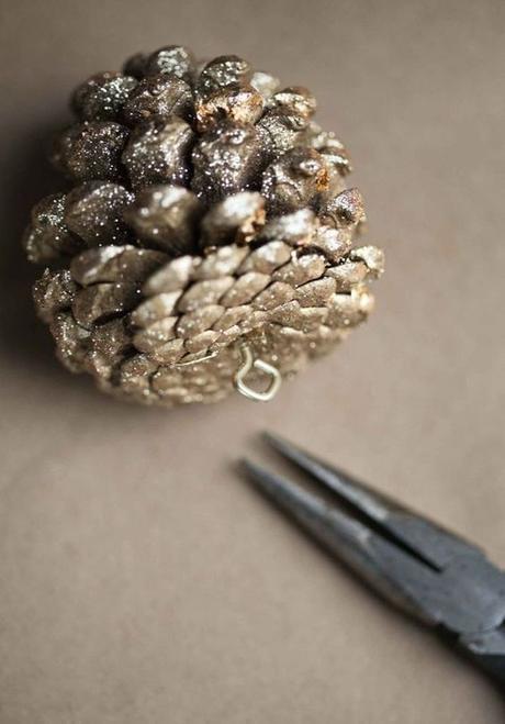 mariage theme hiver diy pomme de pin paillettes