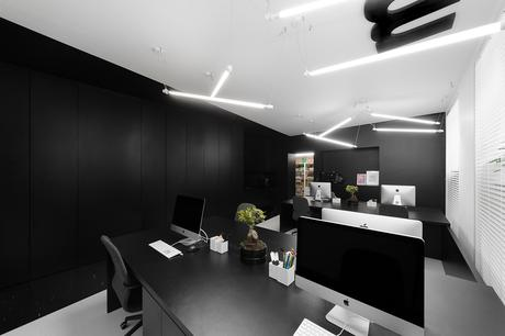 Les nouveaux bureaux monochromes du studio Mode:lina en Pologne