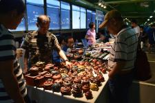 Théières vendues au marché au jade