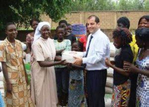 Remise de vivres et de biens à la Paroisse de Saaba