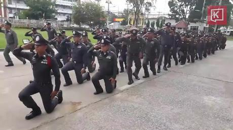 Armée et police Thaïlandaise, nouveau salut, nouveau look (vidéo)