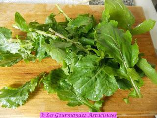 Salade tiède riz-Kale, accompagnée de poivrons, roquette et radis Daikon (Vegan)
