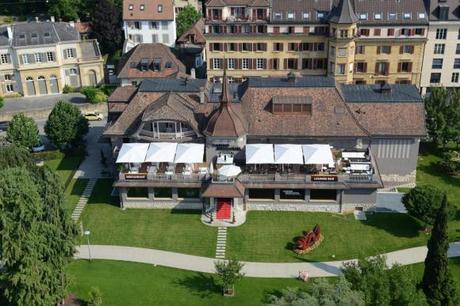 Casino de Neuchâtel - Rotonde vue du ciel au milieu de la verdure du jardin anglais.