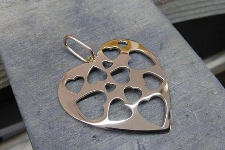 pendentif coeur en or sur l'établis de bijoutier