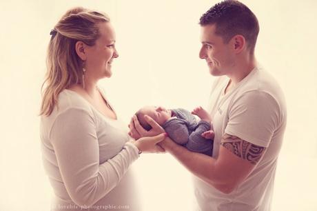 bébé dans les bras de ses parents