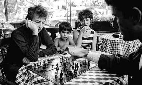 Bob Dylan jouant une partie d'échecs contre son manager Victor Maymudes  en 1964