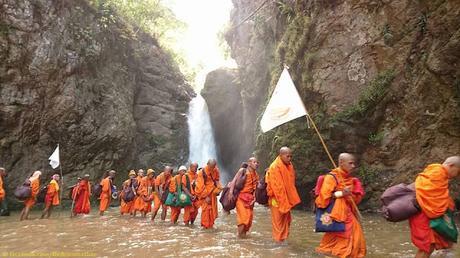 Moines pélerins Thaïlande, le chemin du Dharma n'est pas toujours facile (vidéo)