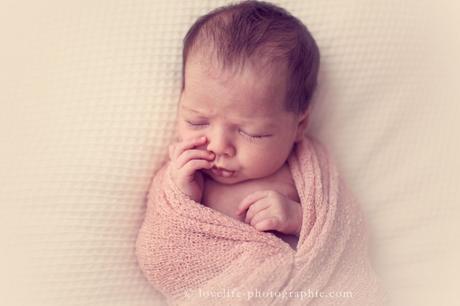 mimique nouveau né en train de rêver