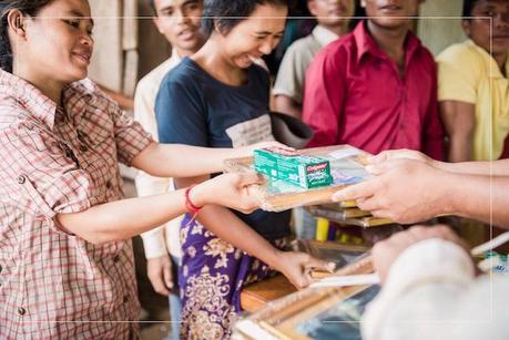 Au Cambodge, ce photographe les prend en photo et leur offre leur premier portrait
