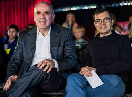 Garry Kasparov et Demis Hassabis, le directeur de DeepMind, une filiale de Google, qui a fait une nouvelle démonstration des performances de son programme d'intelligence artificielle