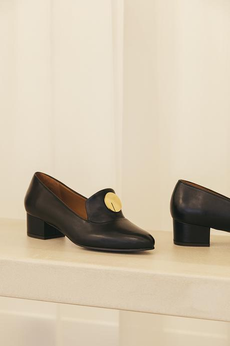 Anne Thomas se met à la chaussure