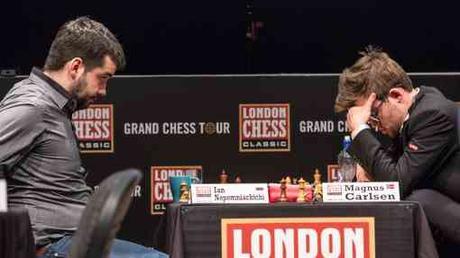 La rencontre Carlsen vs Nepomniachtchi juste après l'abandon du Norvégien - Photo © Maria Emelianova/Chess.com
