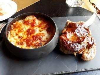 Côte de veau, gratin de Roseval © Gourmets&co