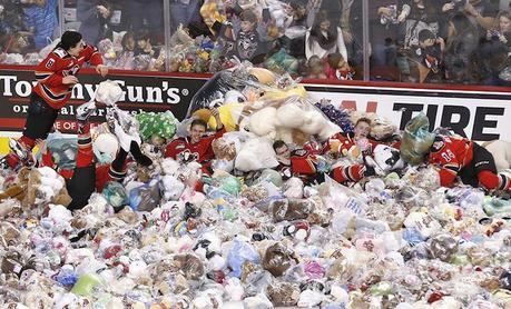 Focus sur la tradition du «Teddy Bear toss» en NHL