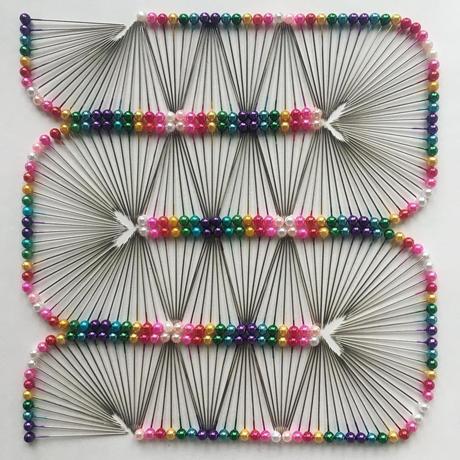 Il crée des œuvres avec des objets du quotidien pour illustrer son obsession de l'ordre