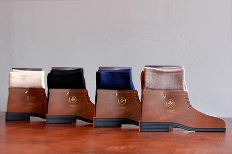 [Packaging] : Des chaussettes insérées dans des chaussures cartonnées
