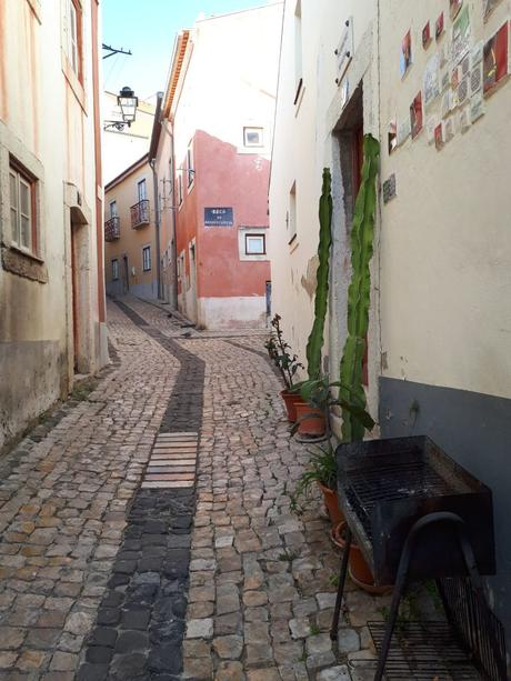 Ruelle pavée et maisons dans l'Alfama - Lisbonne