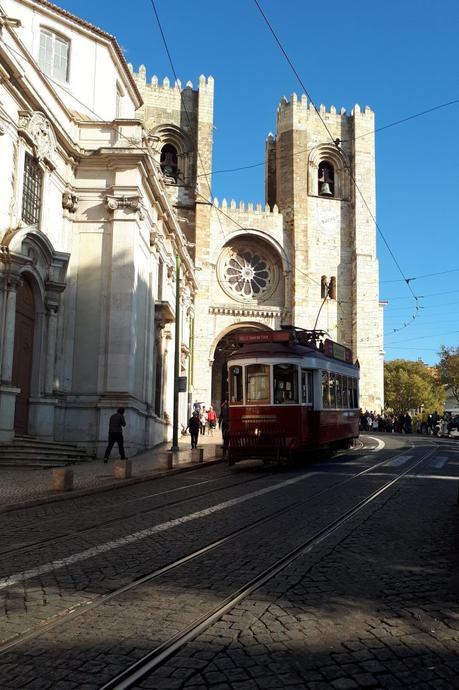 Vieux tramway et Cathédrale Sé - Lisbonne