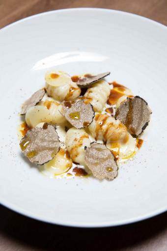 Gnocchis-fondants-truffes-noires-vieux-Comté-châtaignes-.©-Guillaume-Lechat-copie