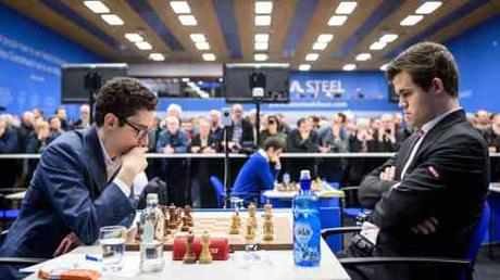 Début tranquille pour le champion du monde d'échecs norvégien Magnus Carlsen qui annule avec les Blancs face au n°2 mondial Fabiano Caruana dans la ronde 1 du Masters du Tata Steel 2018 - Photo ©  Alina L'Ami