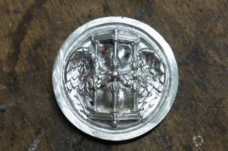 finitions sur le bouton en argent antique