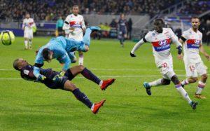 Gros choc entre Mbappé et Lopes. Mbappé est d'ailleurs sorti sur civière.